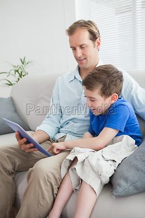 padre e hijo usando tablet pc