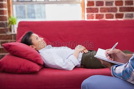 deprimido paciente acostado en el sofa