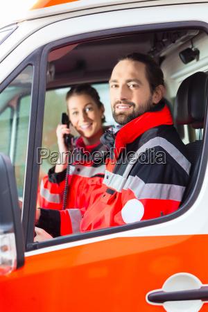 notartzt y paramedico de la ambulancia