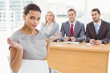 mujer carrera entrevista escritorio trabajo femenino