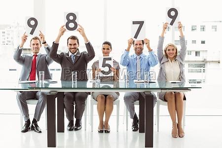 panel de entrevistas con tarjetas de