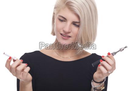 mujer humo fumar cigarrillo adicto nicotina