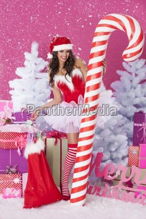 mujer encantadora en tiempo de navidad