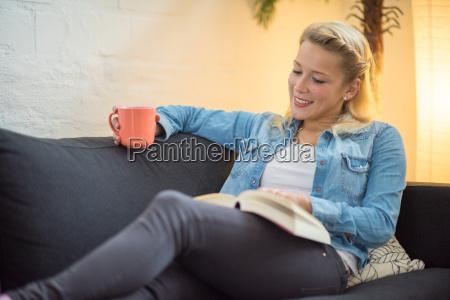joven mujer se sienta en un