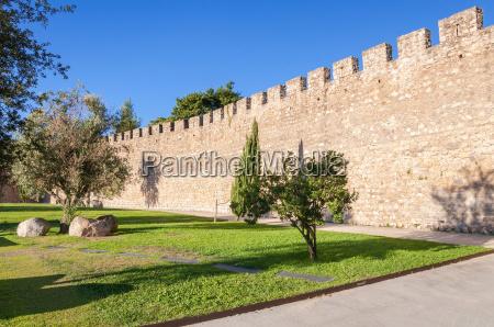 las antiguas murallas de la ciudad