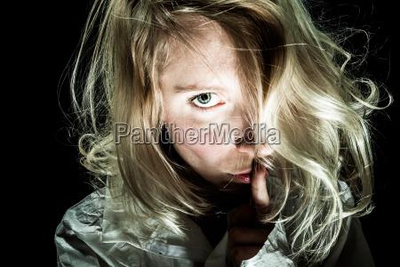 psycho mujer que pide silencio