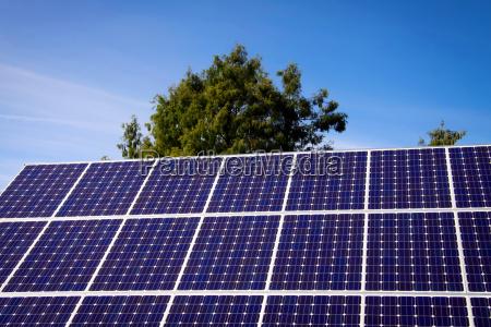panel solar y cielo azul