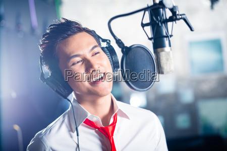 asiático, cantante, masculino, produciendo, canción, en - 13935313