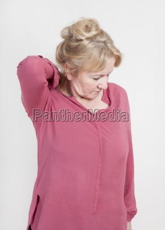 anciana con dolor en el hombro