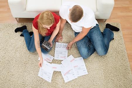 pareja con cuentas y calculadora