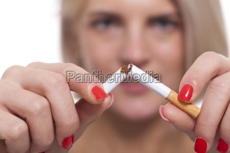 mujer rubia joven que rompe un