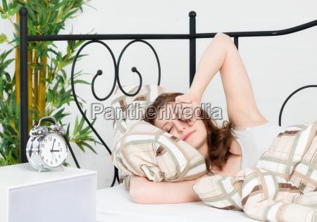 mujer joven tumbado en la cama