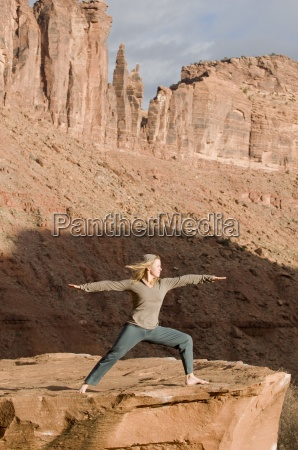 mujer en pose de yoga en