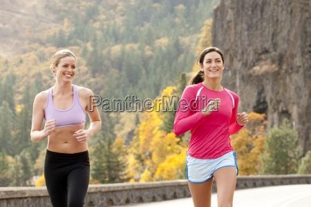 dos mujeres sonrien mientras corria en