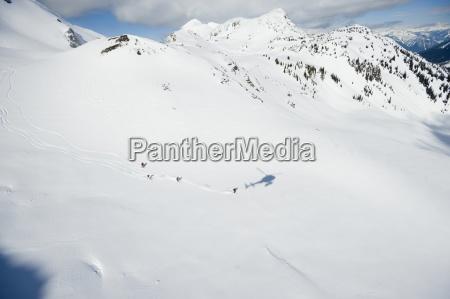 un grupo de esquiadores tomar un