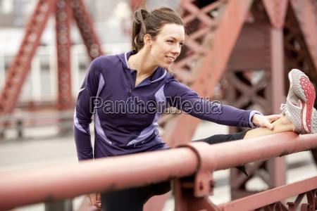 una mujer atletica con una chaqueta