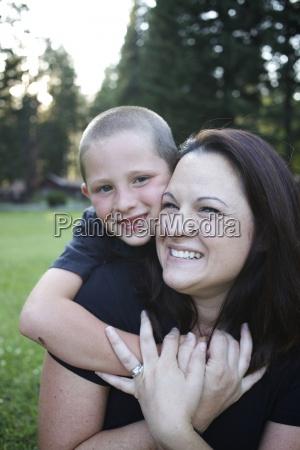 el ninyo abraza a su madre