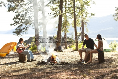los adultos jovenes que acampan se