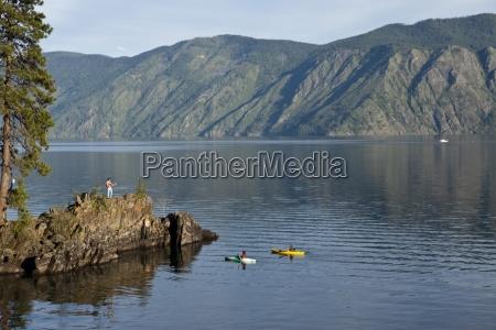 amigos kayak al lado del camping