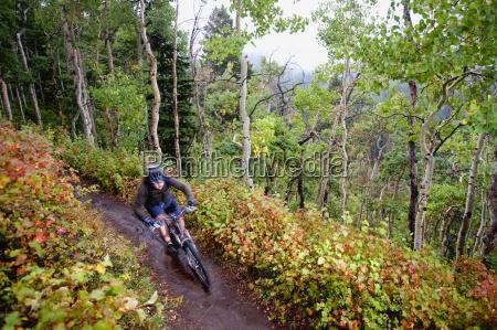 un ciclista de montanya cabalga mas