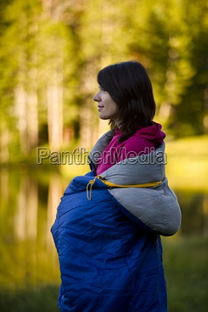 una mujer envuelta en un saco