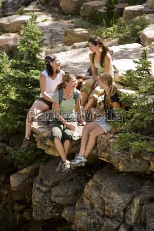 cuatro mujeres toman un descanso para