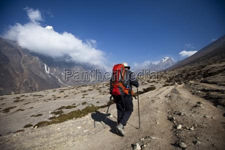un excursionista camina hacia las montanyas