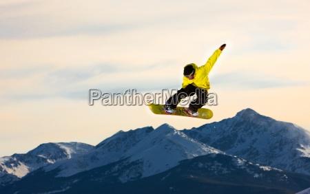 el snowboarder que salta vuela a