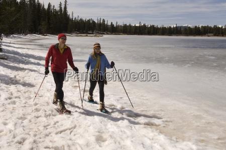 gente snowshoeing por el lago colorado