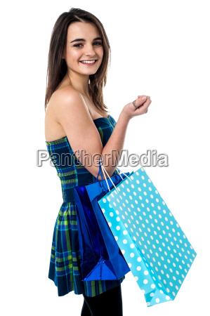 chica de moda con bolsas de
