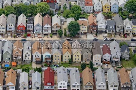 calle residencial en las afueras de