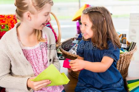 los ninyos compran suministros artesanales en