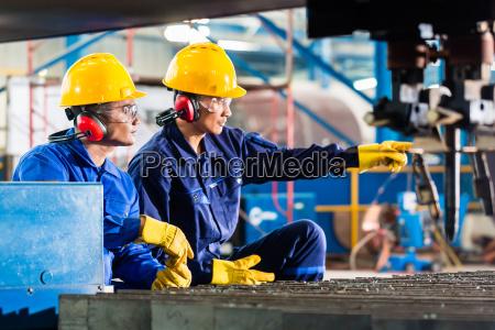 trabajador en fabrica en la maquina