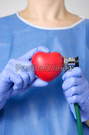 doctor examinando un corazon