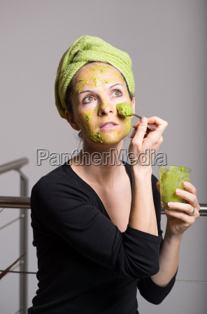 mujer joven con una mascarilla facial