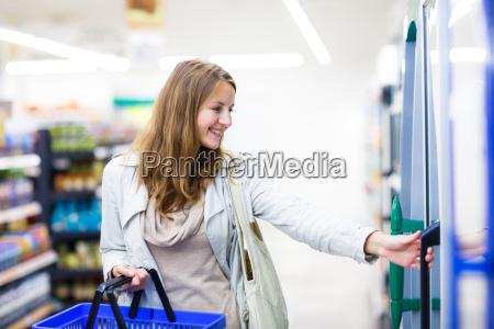 mujer canasta compras supermercado tienda de