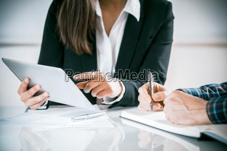 dos empresarios en una reunion