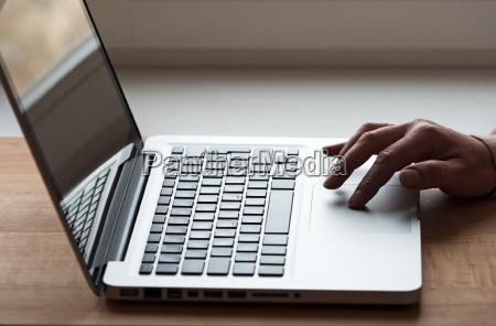 mano con el ordenador portatil