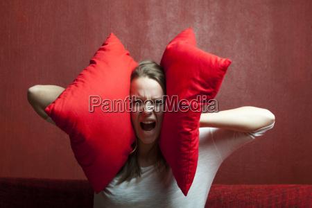 jovem mulher com travesseiro