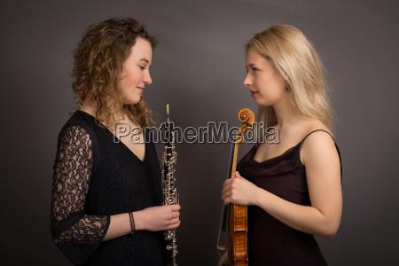 timidas mujeres musicos vestidos formalmente