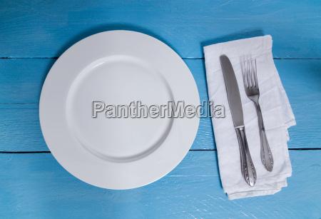 cubiertos y platos sobre un fondo