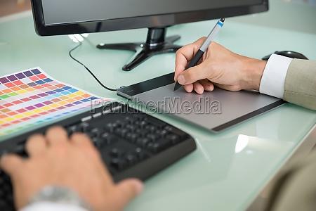 hombre de negocios usando la tableta