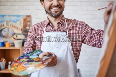 feliz pintor
