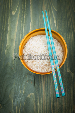 granos de arroz sin cocinar en