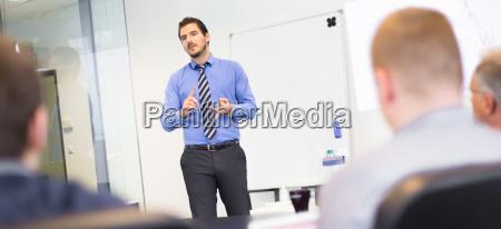 presentacion de negocios en reunion corporativa