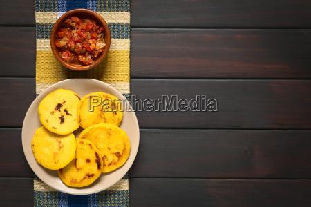 arepa colombiana con salsa hogao
