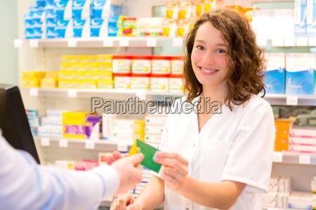 farmaceutico atractivo tomando tarjeta de seguro