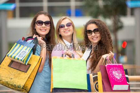 tres muchachas hermosas en gafas de