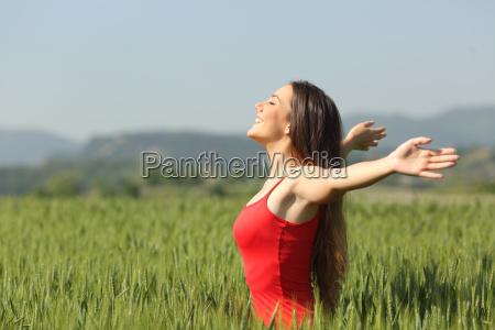 mujer que respira aire fresco de