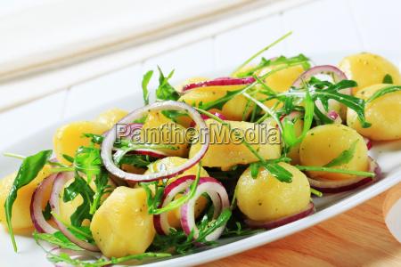 patatas con rucula y cebolla
